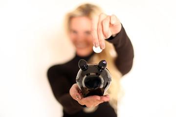 Frau mit schwarzem Sparschwein
