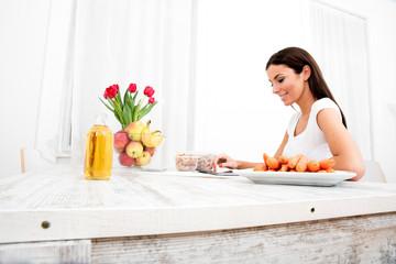 Junge Frau mit Tablet PC in der Küche