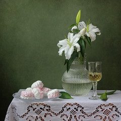 Лилия. Натюрморт с  лилиями и зефиром.