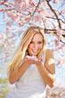 Junge Frau mit duftenden Kirschblüten