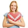 Mädchen hält rotes Herz zum Muttertag