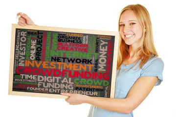 Frau hält Tafel mit Crowdfunding Konzept