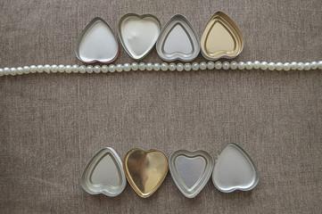 Perle e cuoricini vintage in latta