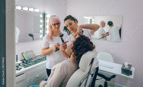 Make-up artist teaching to make good makeup - 81714063