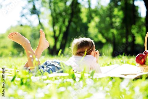 Tuinposter Picknick Girl in park