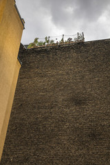 Ziegelwand und Dachgarten