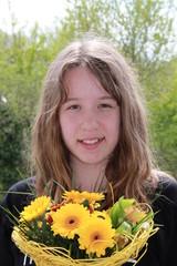 Mädchen mit Blumenstrauss im Garten