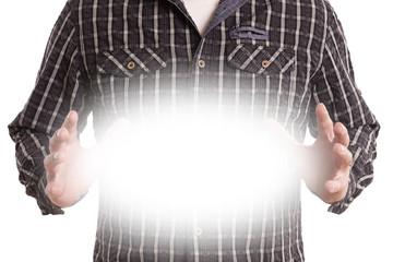 Männerhände halten strahlendes Licht