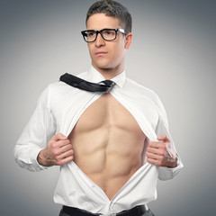 Mann mit Sixpack öffnet Hemd
