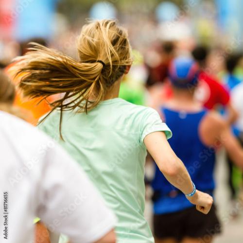 Frau beim Zieleinlauf Marathon - 81716655