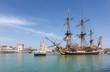 L'hermione quitte le port de la Rochelle. - 81724075