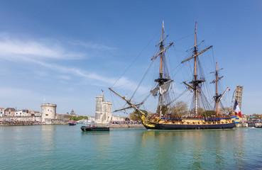 L'hermione quitte le port de la Rochelle.
