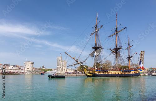 Staande foto Jacht L'hermione quitte le port de la Rochelle.
