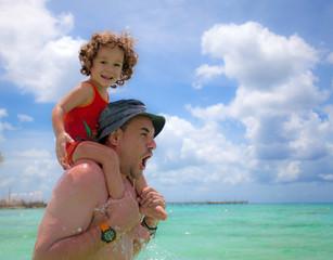 Padre e figlio giocano al mare dei Caraibi