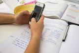 sms en faisant ses devoirs