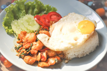 stir-fried chicken with basil and fried egg
