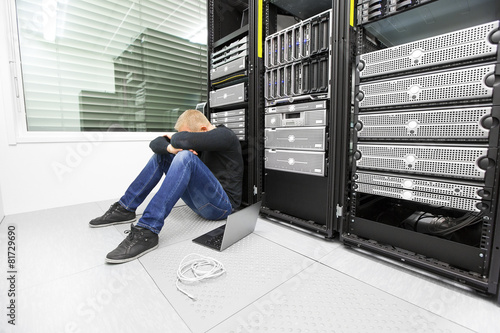 IT consultant with problems in datacenter - 81729690