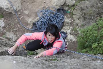 Mujer escalando en roca