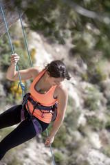 mujer haciendo escalada en roca