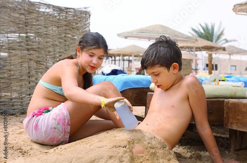 Frères et sœurs préadolescence frère et soeur ont le plaisir sur le jeu de plage Poster