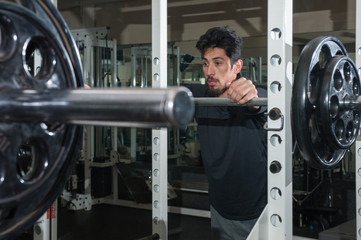 Rest between sets of squats in the gym