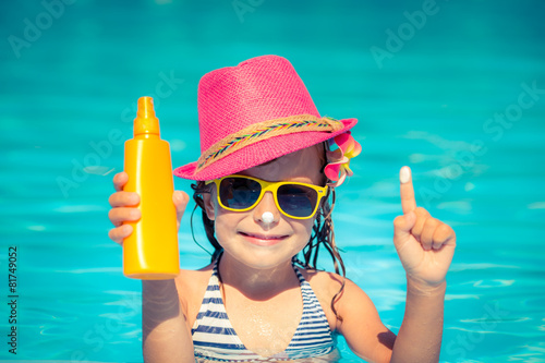 Child holding sunscreen lotion - 81749052