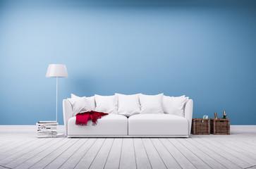 Couch und Stehlampe vor blauer Betonwand