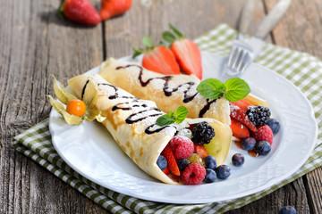 Süße Crepes mit frischen Früchten