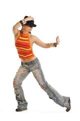 tanzende Frau mit Hut vor weißen Hintergrund