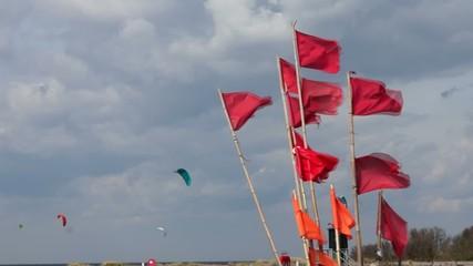 Fahnen von Markierungsbojen flattern im Wind