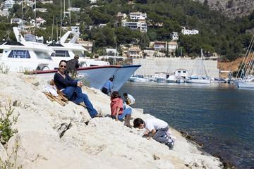 Madre con hijos jugando en el puerto