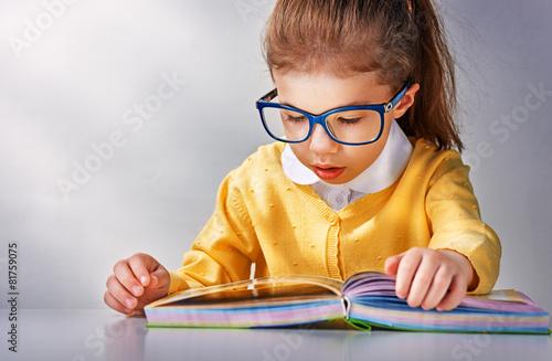 Leinwanddruck Bild reading a book