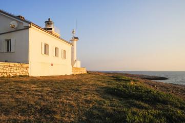 Haus und Leuchtturm am Meer in Istrien