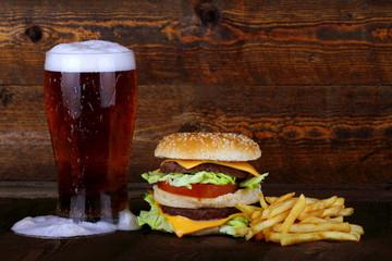 Hamburger con birra e patatine