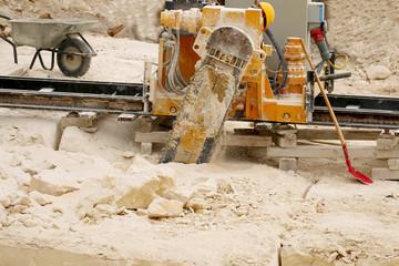 Schneide Maschine schneidet Sandstein