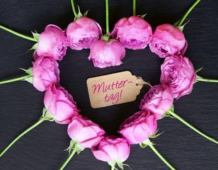 """Herz aus Rosenblüten und Schild """"Muttertag"""""""