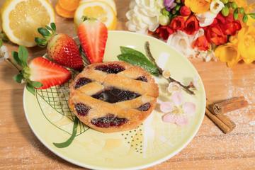 Crostatina alla marmellata con frutta e fiori