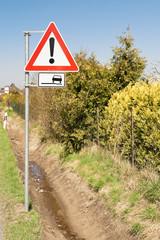 Schild Gefahrenstelle mit Zusatzschild schlechter Fahrbahnrand