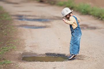 水溜りで遊ぶ女の子