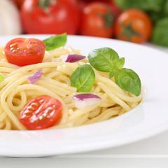 Italienisches Essen Spaghetti Nudeln Pasta mit Tomaten auf Telle
