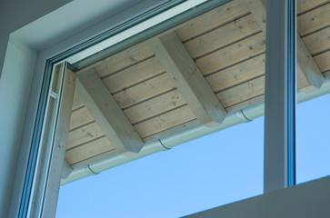 Holzkonstruktion mit Dachrinne und Fenster