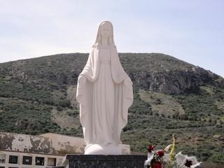 virgen en cementerio