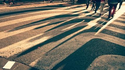 Sombras de gente en paso de cebra