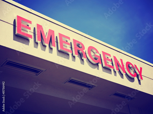 the front entrance sign to an emergency room department in a cit - 81786442