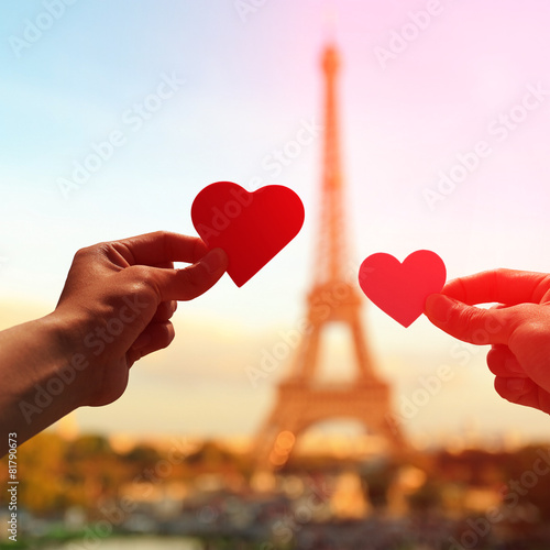Romantic lovers with eiffel tower - 81790673