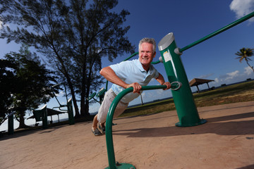 Stock image senior man doing pushups in the park