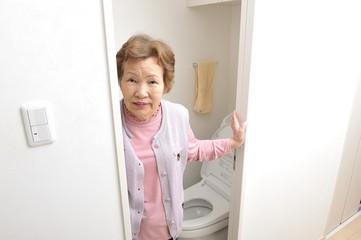 トイレを利用した後のシニアの女性