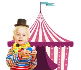 Kind als Clown vor Zelt vom Zirkus