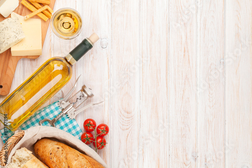 Foto op Canvas Wijn White wine, cheese and bread on white wooden table background