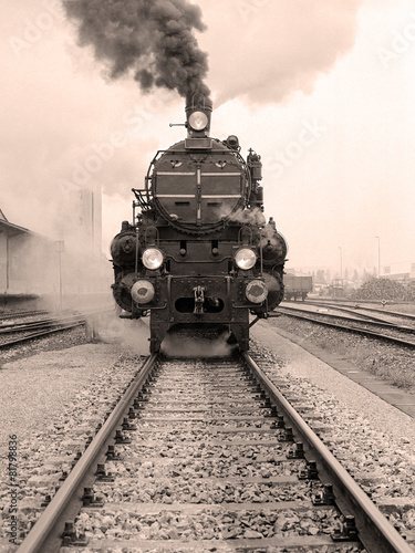 Front view of an old-fashioned steam locomotive - 81798836